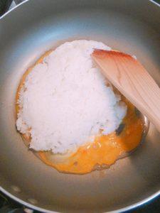 パラパラチャーハン 卵が半熟になったらごはん投入