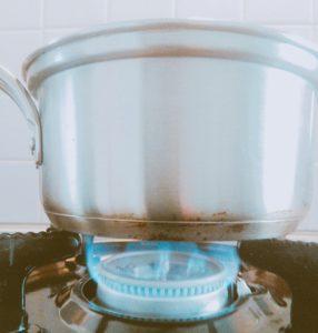 卵を中火で4分茹でる
