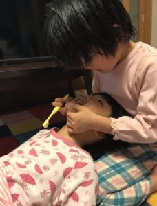 妹の歯磨きを手伝う、ういちゃん